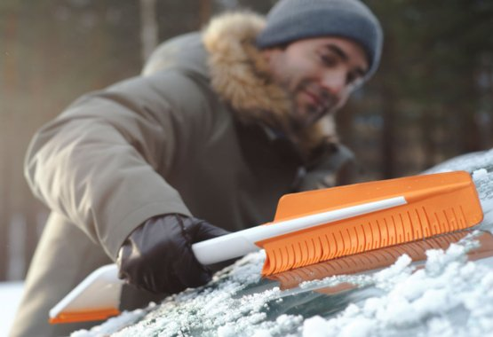 Inovatívne nástroje na upratovanie snehu z auta